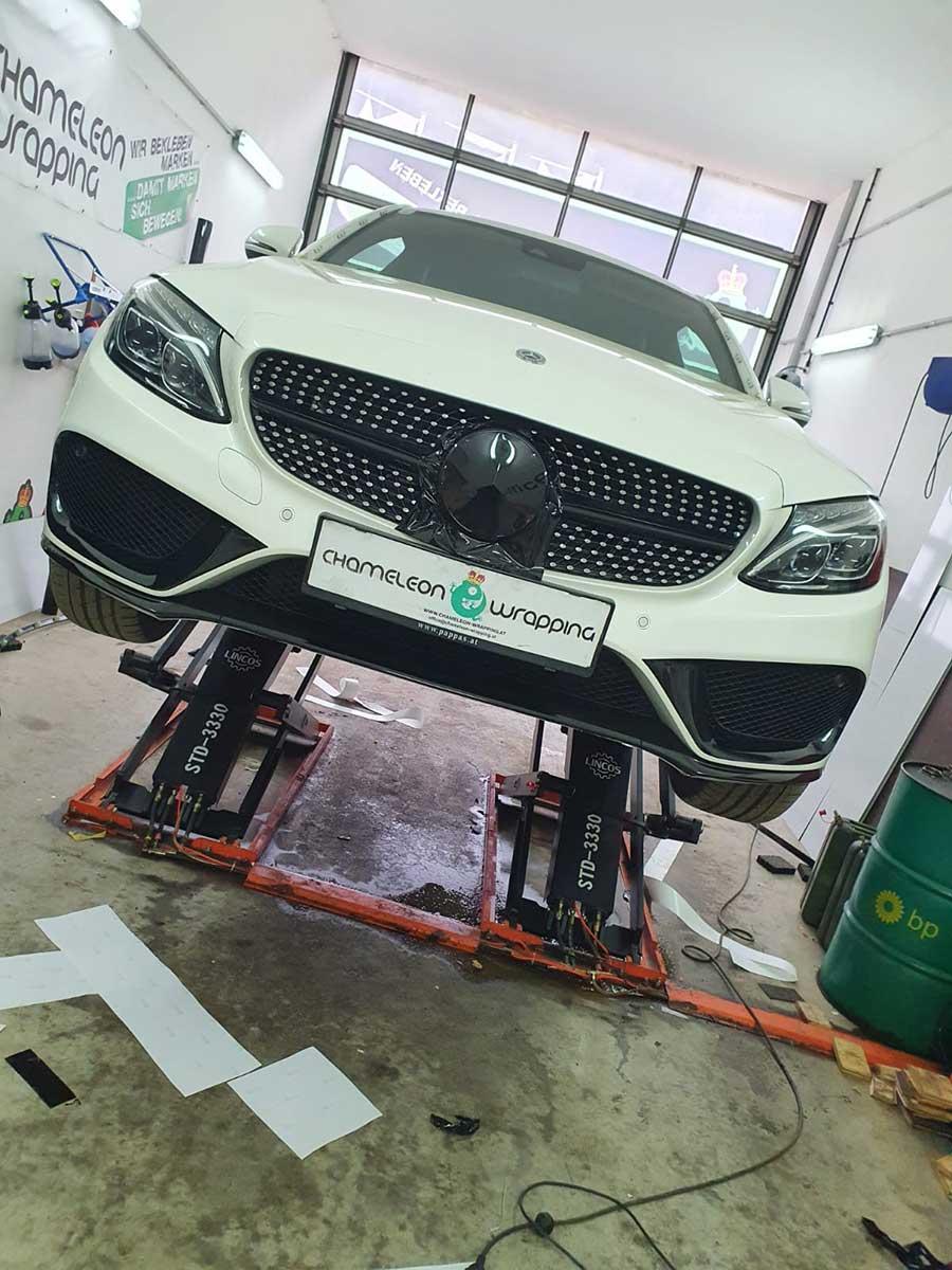 Folierung eines Mercedes in der Werkstatt der Autofolierungsfirma
