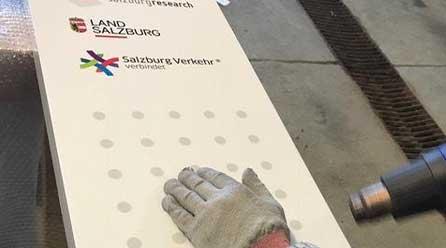 Fachgerechtes montieren von Schildern und Folienbeklebungen der Firma Chameleon Wrapping Company in Eben im Pongau Salzburg