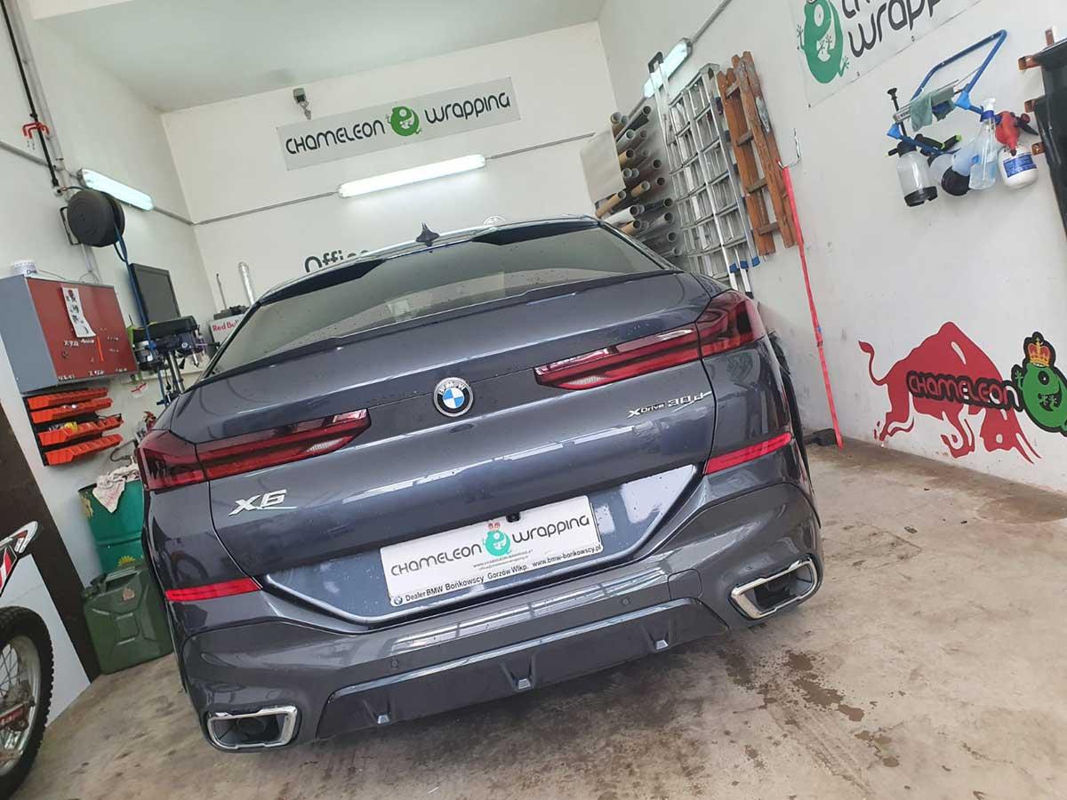 Folierung eines BMW - graue Autofolie - n der Fachwerkstätte für Folienbeklebungen Chameleon Wrapping Company Salzburg