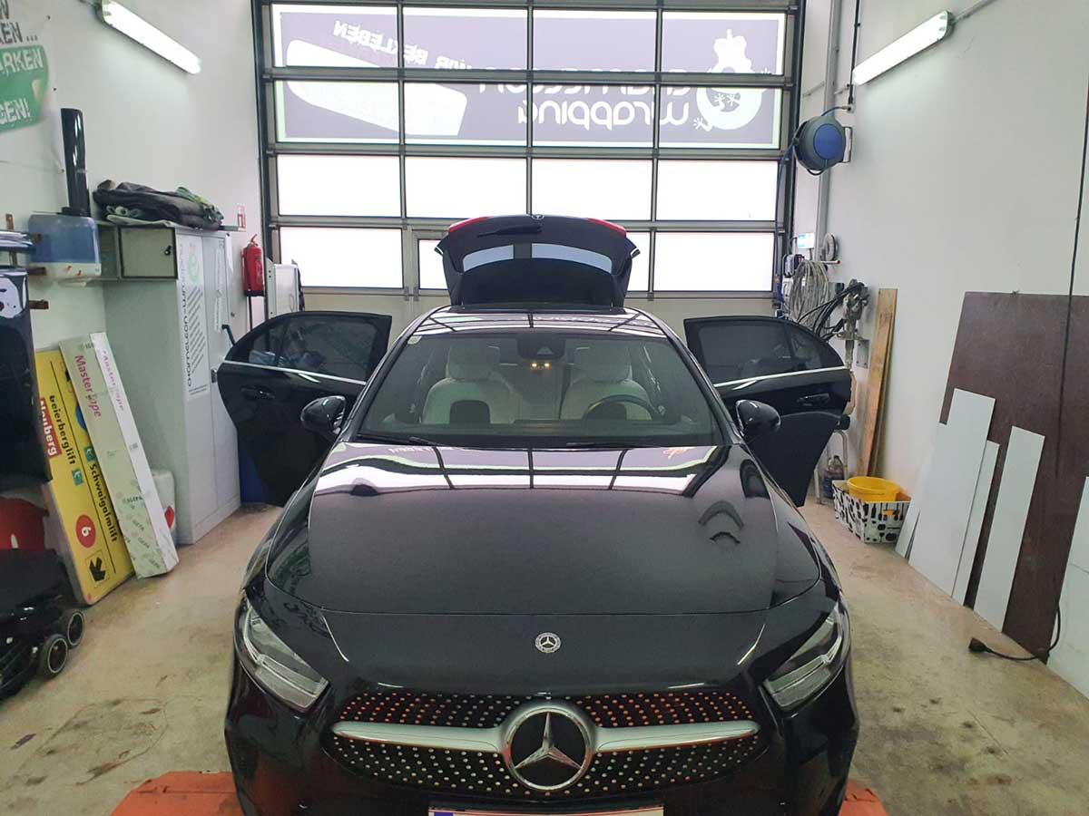 Folierung eines Mercedes - schwarze Folie - Beklebung im Fachbetrieb für Folierung Chameleon Wrapping Company Salzburg - Eben im Pongau